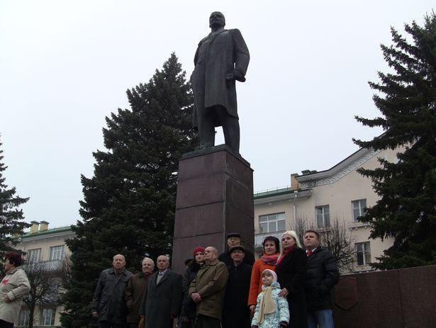 Коммунисты Барановичей принесли цветы к памятнику Ленина. 7 ноября 2013 года. Фото Александр Трипутько