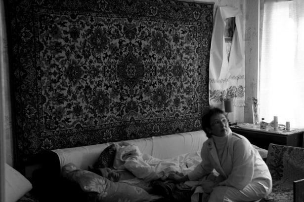 Сестра Екатерина у Ольги Стасюкевич, которая умерла на прошлой неделе. Несколько раз  Екатерина устраивала пожилую женщину в хоспис, чтобы обеспечить медицинский уход, но Ольга каждый раз просилась домой.