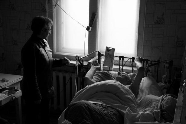 Сестра милосердия дорожного Красного Креста Екатерина Печеричная у новичка – 88-летнего Владимира Рокача, проживающего на улице Брестской в Барановичах.