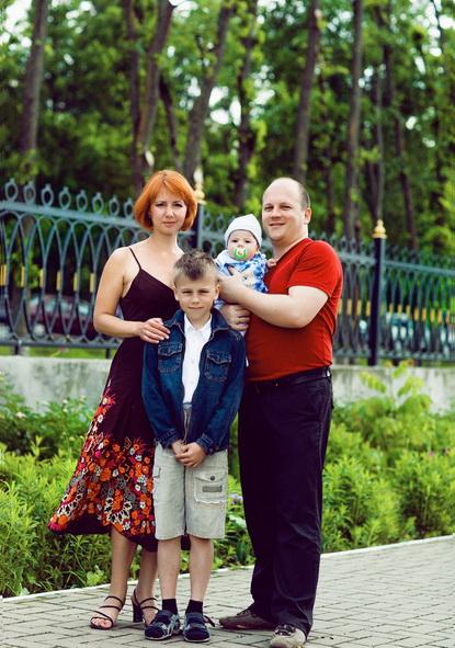 Несмотря на предубеждения, что вегетарианцам не удастся родить и вырастить полноценных детей, в семье Нестерук  два здоровых мальчика. На фото: семья в день крещения младшего сына Всеволода.