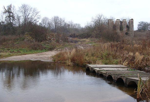 Рэшткі былой сядзібы Незабытоўскіх з паркам у Вялікай Сваротве, выгляд ад ракі Сваротвы, 15 лістапада. Фота -- Алесь Гізун
