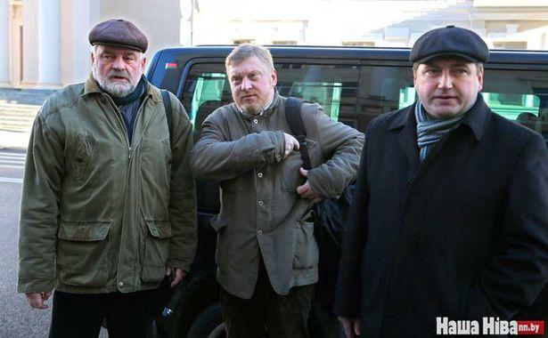 Логвінава прыйшлі падтрымаць пісьменнік Уладзімір Арлоў (злева) і юрыст Андрэй Бастунец (справа).