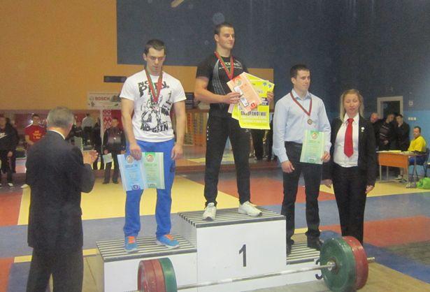 Антон Тихенко во время награждения. Золотую медаль он получил за лучший результат в сумме троеборья:  550 кг. Фото из личного архива.