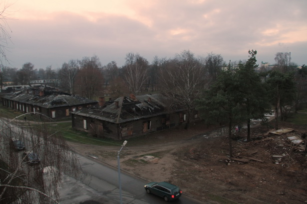Бараки на улице Заслонова. Справа на фото видны остатки здания, которое  разбирают местные жители
