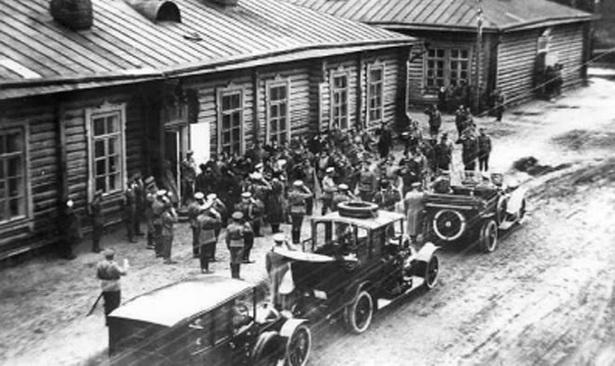 У бригадной церкви после службы. 1914 г.