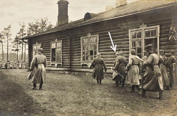 Германский кайзер Вильгельм II направляется к войскам, ждущим его на плацу. Ноябрь 1915 г.