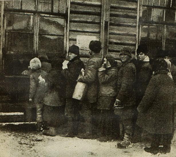 Репатрианты в очереди за бесплатным обедом. 1922 (?) г.
