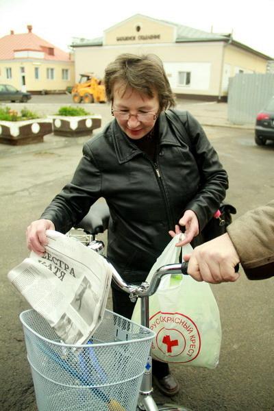 В корзине велосипеда – газетные листки со статьей «Сестра Катя»