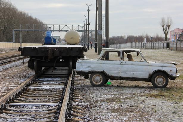 По легенде учений железнодорожный состав сбил автомобиль. Фото А.Трипутько