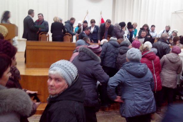 У ипэшников в Барановичах собралось много вопросов к чиновникам, большой зал Барановичского райисполкома, 26 ноября. Фото -- Алесь Гизун