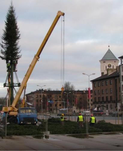 Установка главной елки в Елгаве, ноябрь 2013 года.