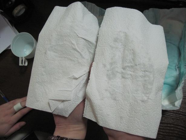 Через 3 минуты прикладываем к каждому подгузнику салфетку. От белорусского подгузника (справа) салфетка влажная. А на той, которой промокнули импортный, почти нет следов влаги. Pampers впитывает жидкость быстрее.