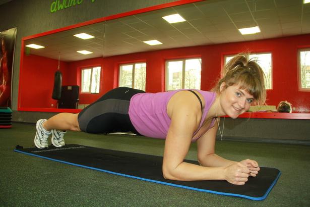 4. Принять положение «упор на локти на полу», встать на носочки. Удерживать тело горизонтально полу 30 сек. 4 подхода.