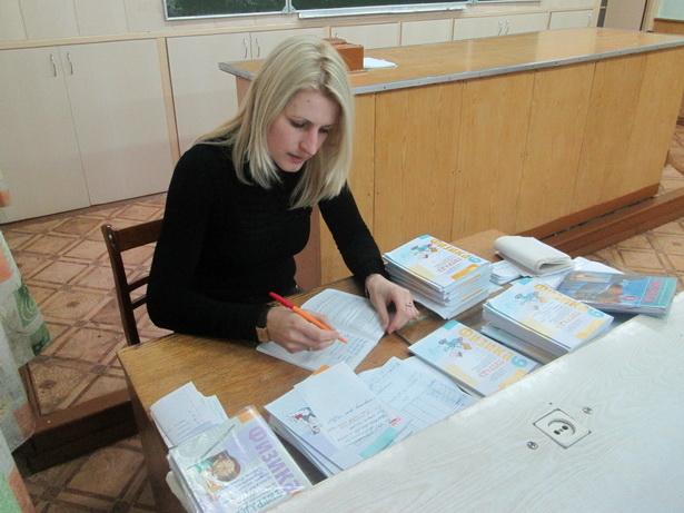 Минимум пять часов в неделю  учитель физики средней школы №9 Ольга Песковская тратит на проверку тетрадей
