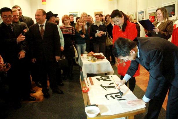 Советник посольства КНР в РБ Сунь Хун Чжи оставил в подарок музею написанный им иероглиф Гармония, символизирующий гармонию с самим собой и окружающим миром. Фото: INTEX-PRESS