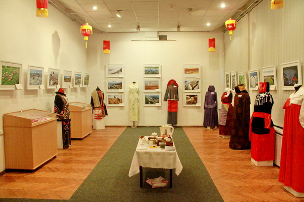 На экспозиции представлены около 200 экспонатов: произведений декоративно-прикладного искусства, традиционной одежды национальных меньшинств Китая