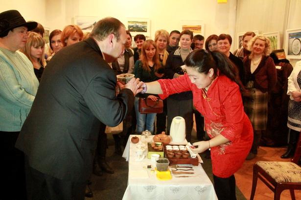 На открытии выставки госпожа Ван Юйхун угостила горожан чаем, заваренным согласно китайской традиции. Фото INTEX-PRESS