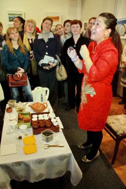 Госпожа Ван Юйхун знакомит гостей выставки с секретами заварки жасминового чая. Фото INTEX-PRESS