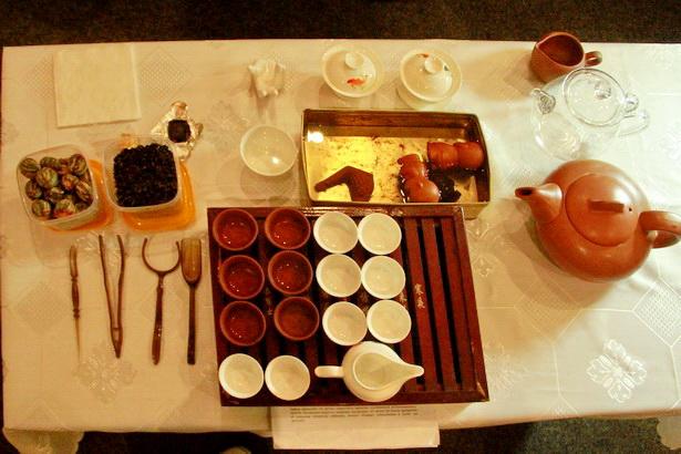 Набор посуды и приспособлений для чайной церемонии