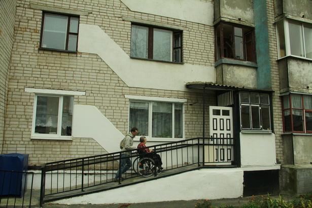 Инвалиду-колясочнице Людмиле Храпик работники ЖРЭУ сделали пандус во двор прямо с ее балкона на первом этаже.