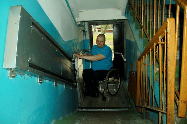 Инвалид-колясочник Станислав Войтеховский может без посторонней помощи в любое время выезжать из квартиры на улицу благодаря механическому подъемнику, который специально для него разработало и установило ОАО «Торгмаш».