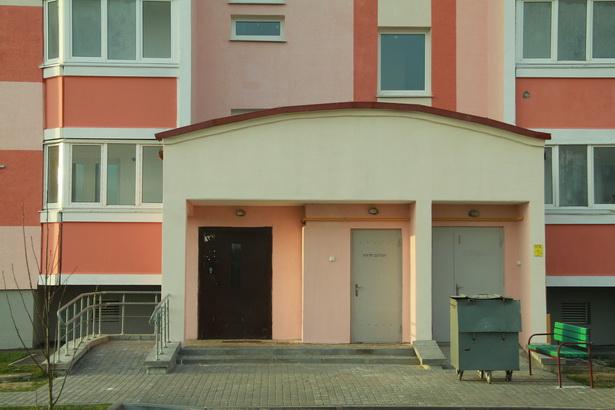 Построенный в этом году дом №4А по ул. Марфицкого и Журавлевича в микрорайоне Боровки – один из немногих в Барановичах домов социального типа, где нет входных ступенек и порогов для удобства инвалидов-колясочников.