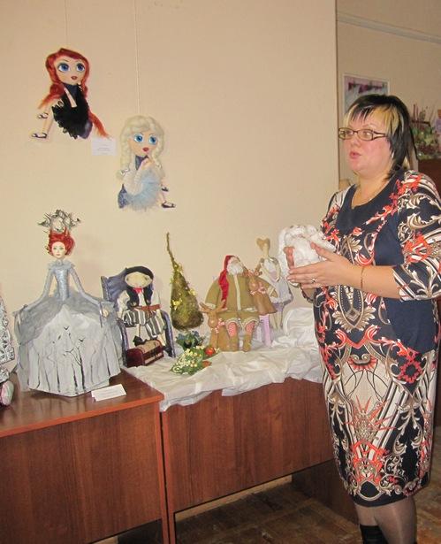 Лариса Митрошенкова презентует свои работы на открытии выставки НАСЛАЖДЕНИЕ ДЛЯ ДУШИ. Фото Ольга Широкоступ
