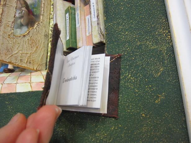 Миниатюрные книги на панно ЗА КНИЖНЫМИ ТАЙНАМИ настоящие, их можно почитать. Фото Ольга Широкоступ