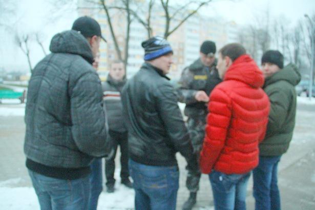 Вечером 14 декабря в Барановичах милиция проверяет документы у группы парней
