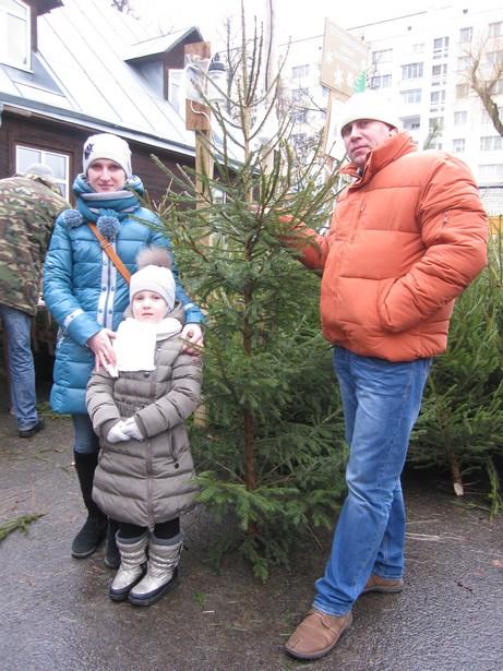 Ольга, Денис и их дочь Полина впервые купили натуральную елку к Новому году. Фото Ольга ШИРОКОСТУП
