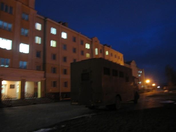 Автозак стоит напротив общежития №1 БарГУ. Фото автора