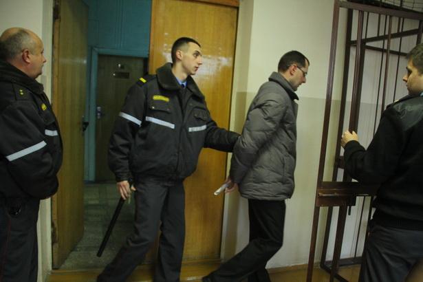 Обвиняемого ввели в зал судебных заседаний под конвоем
