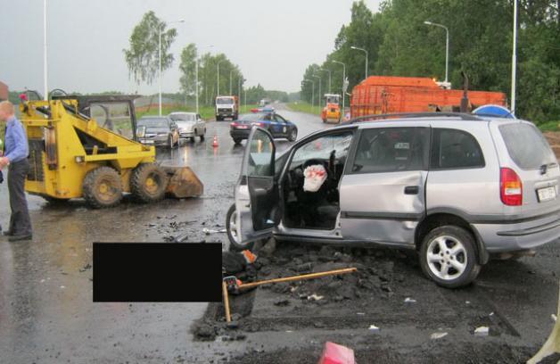 Фото с места аварии 10 июня, в которой погибли двое дорожных рабочих