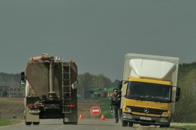 Милицейский пост блокировал дорогу к свиноводческому комплексу Восточный Барановичского комбината хлебопродуктов 29 апреля.
