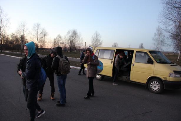 Дети добираются на тренировки на машине тренера. Поселок Жемчужный находится рядом с Барановичами – в 20 км, на дорогу туда-обратно уходит примерно час. На топливо для машины Владимир Плавский тратит в месяц около миллиона рублей.