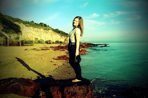Александра Холодова на одном из австралийских пляжей.  По словам девушки, многие австралийцы предпочитают встречать Новый год у моря.