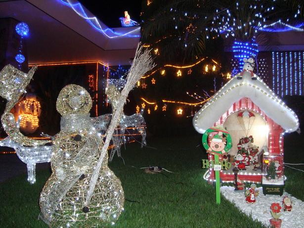 Дворы и дома бразильцев накануне Рождества сверкают праздничной иллюминацией