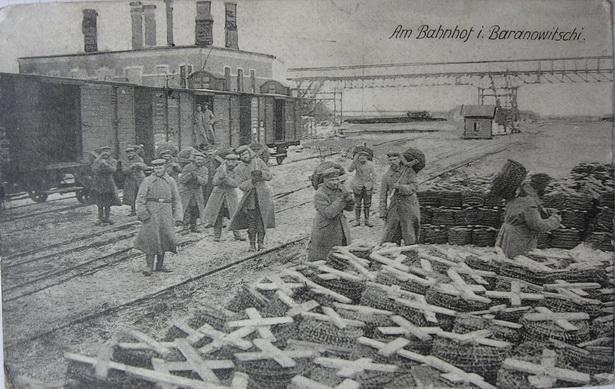 Немцы на вакзале разгружаюць калючы дрот //паштоўка са збору аўтара