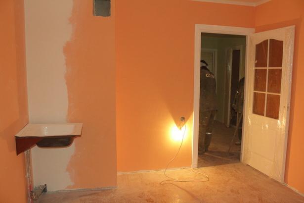 Кухни в арендном доме выкрашены оранжевой краской