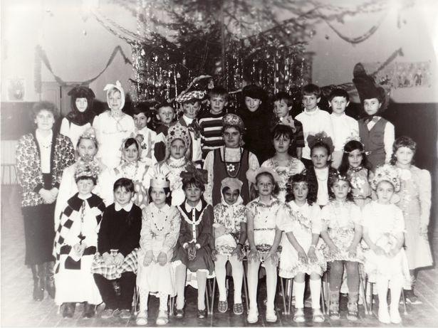 На школьном утреннике. Янина Хорута со своими учениками, СШ № 12, вторая пол. 80-х. Новогодние костюмы придумывали и делали своими руками: перешивали, украшали «дождиком», вырезали из бумаги, раскрашивали…