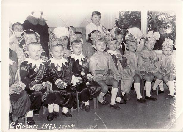 Новогодний утренник в детском саду № 17 г. Барановичи, 1972 год. Девочки одеты в карнавальные костюмы «Елочки», мальчики – в костюмы «Петрушки».