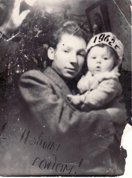 Наталья с дядей Владимиром Нестеровичем у елки. «Я была еще маленькой, но и меня нарядили празднично, в соответствии с новогодними традициями тех лет – на голову надели самодельную корону с цифрами наступающего года», –  вспоминает горожанка.