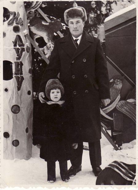 Николай Есис с дочкой Еленой возле городской елки на площади, январь 1967 года. У елки была установлена ракета с надписью «На Луну». ФОТО: семейный архив