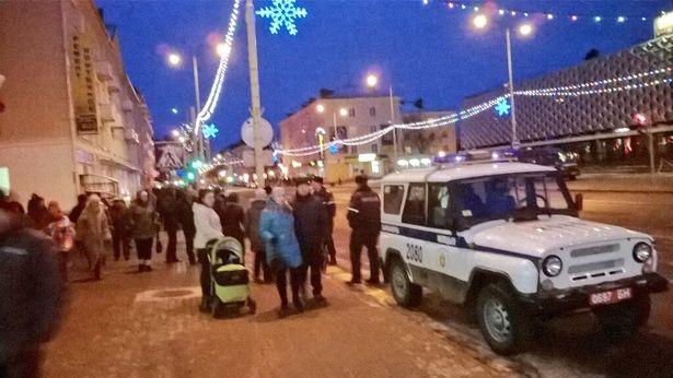 Спецслужбы запрещали людям переходить на сторону к кинотеатру Октябрь. Фото Руслан Ревяко