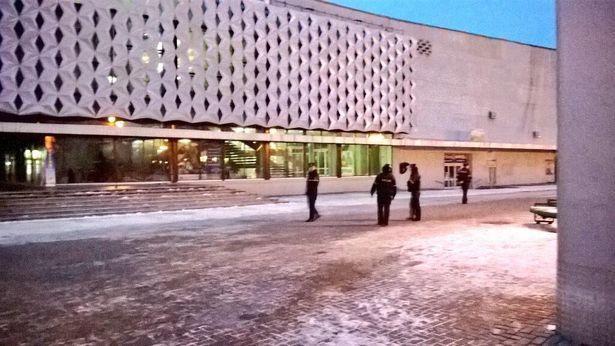 С  18.00 возле кинотеатра находятся только милиция и саперы. Фото Руслан Ревяко