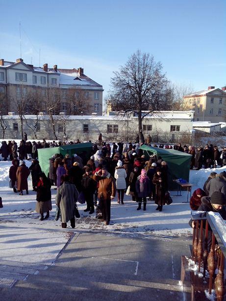 Желающие могли приобрести воду в торговых палатках у храма. Фото Татьяны Некрашевич.