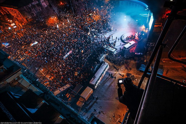 Вид с крыши на Грушевского // фото Дениса Диденко https://twitter.com/inspiredua/status/425349483543543809/photo/1