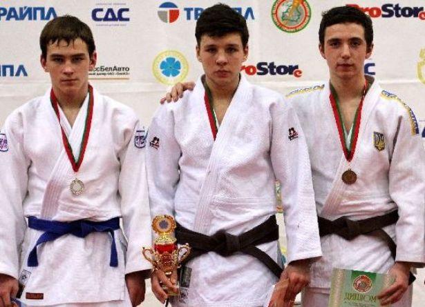 Алексей Ажель, победитель в весе до 73 кг. (в центре) Фото из личного архива семьи Ажель.