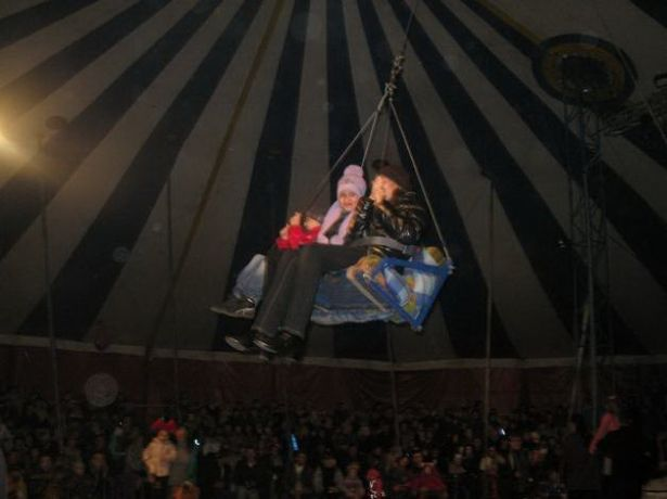 Дети на аттракционе «Качели» за несколько секунд до падения. Цирк-шапито на стадионе «Локомотив», 20 октября 2013 года.