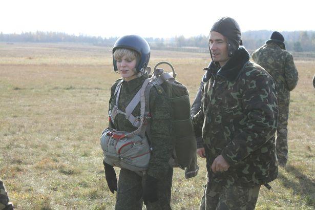 Наталья готовится выполнить прыжок с парашютом. Она уже «налетала» 12 часов.